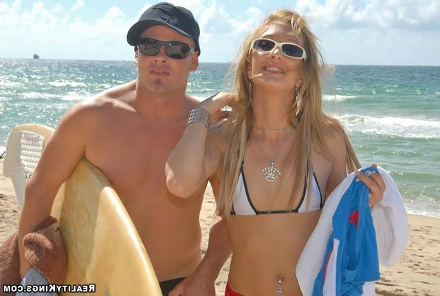 На каникулах 18-летняя девка дрюкается в очко с сёрфером
