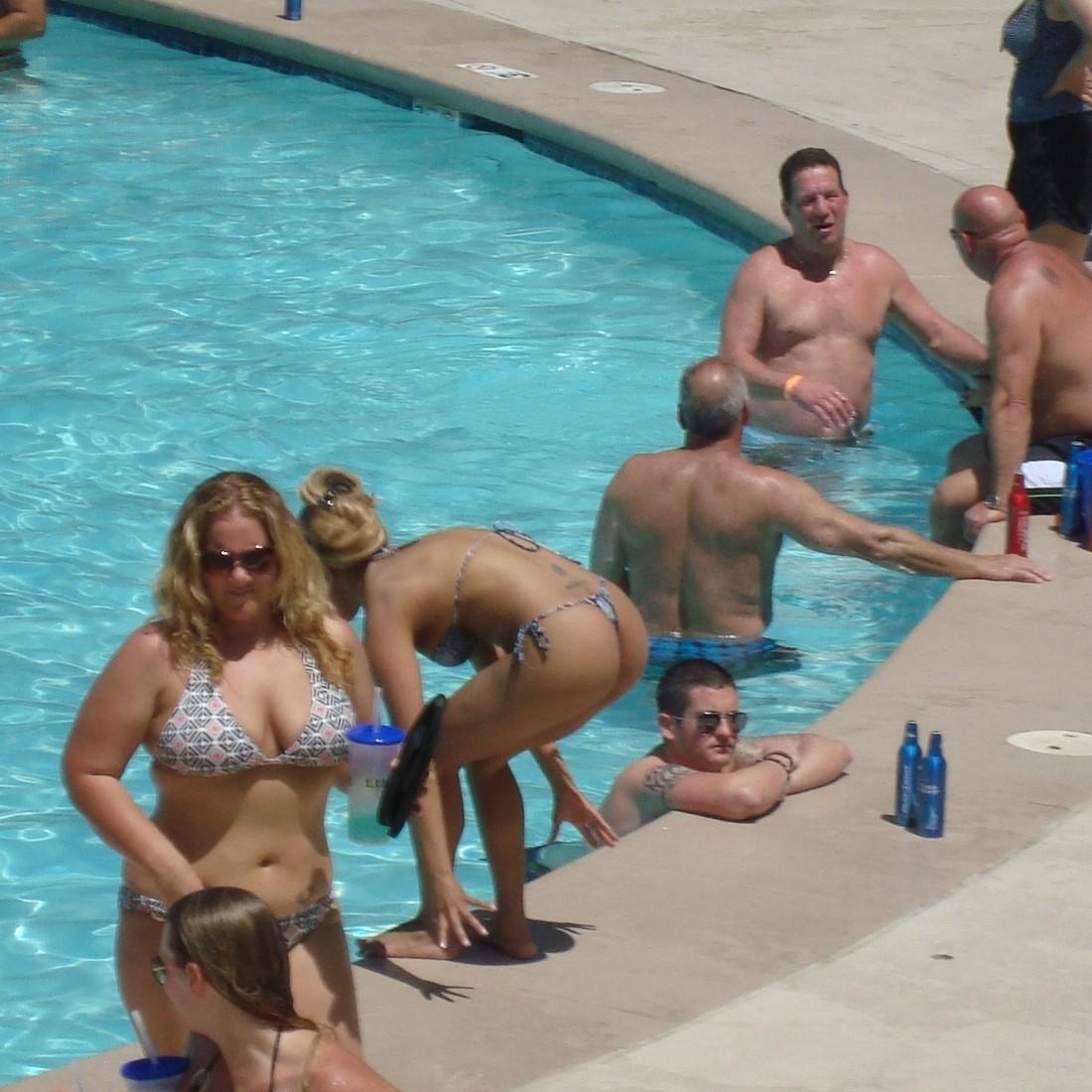 Чики в трусах в общественных бассейнах
