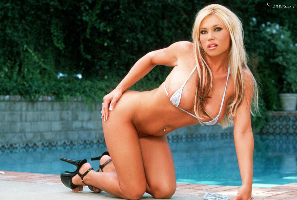 Блонди с детским личиком Ashton Moore в светлом бикини показала буфера у бассейна