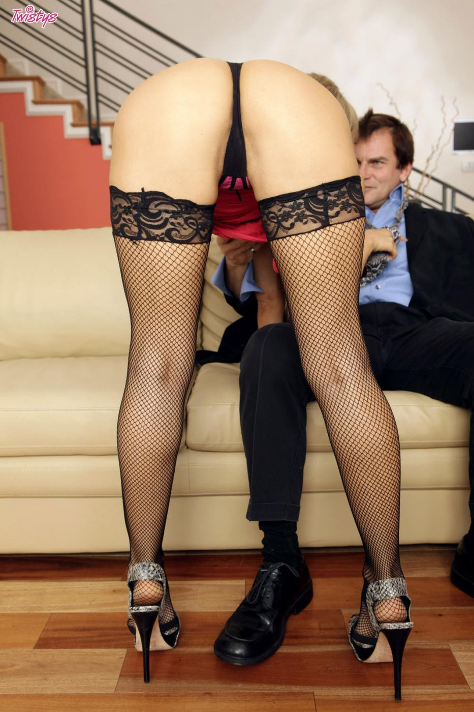 Грязная светловолосая девушка Алеска Даймонд смачно отсасыват и скачет на фаллосе