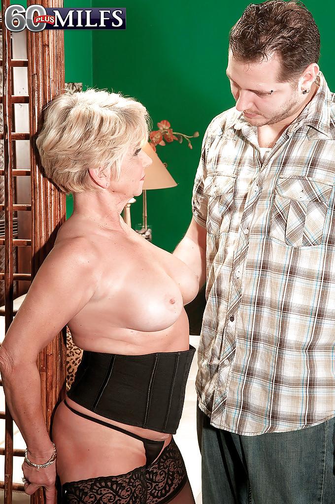 Бабулька в черных чулках уговорила соседа заняться с нею еблей