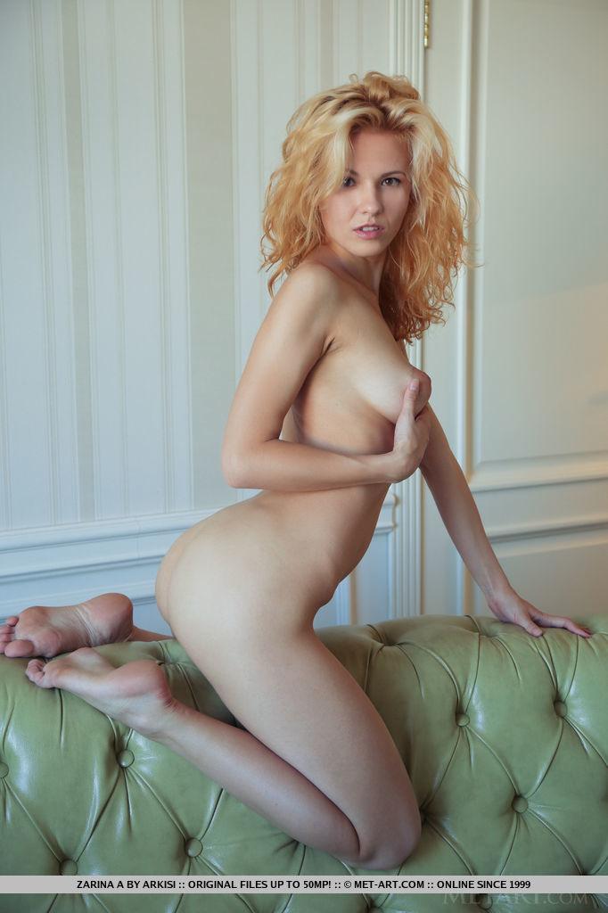 Худенькая блондинка демонстрирует маленькие титьки и аккуратные дырки