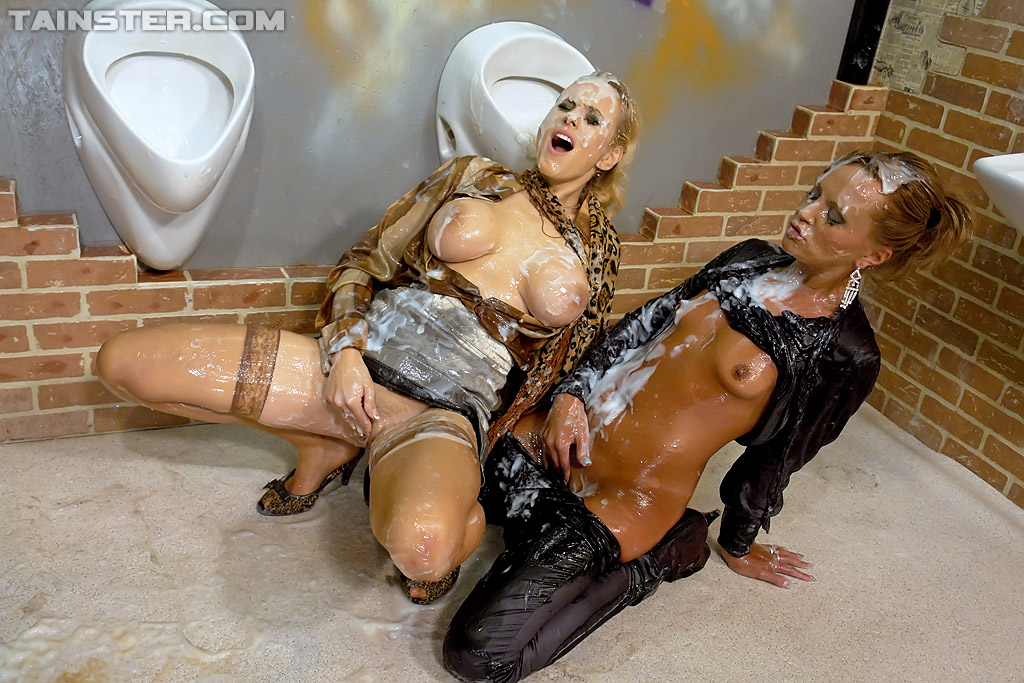 Девушки заигрались в туалете с кончающим дилдо