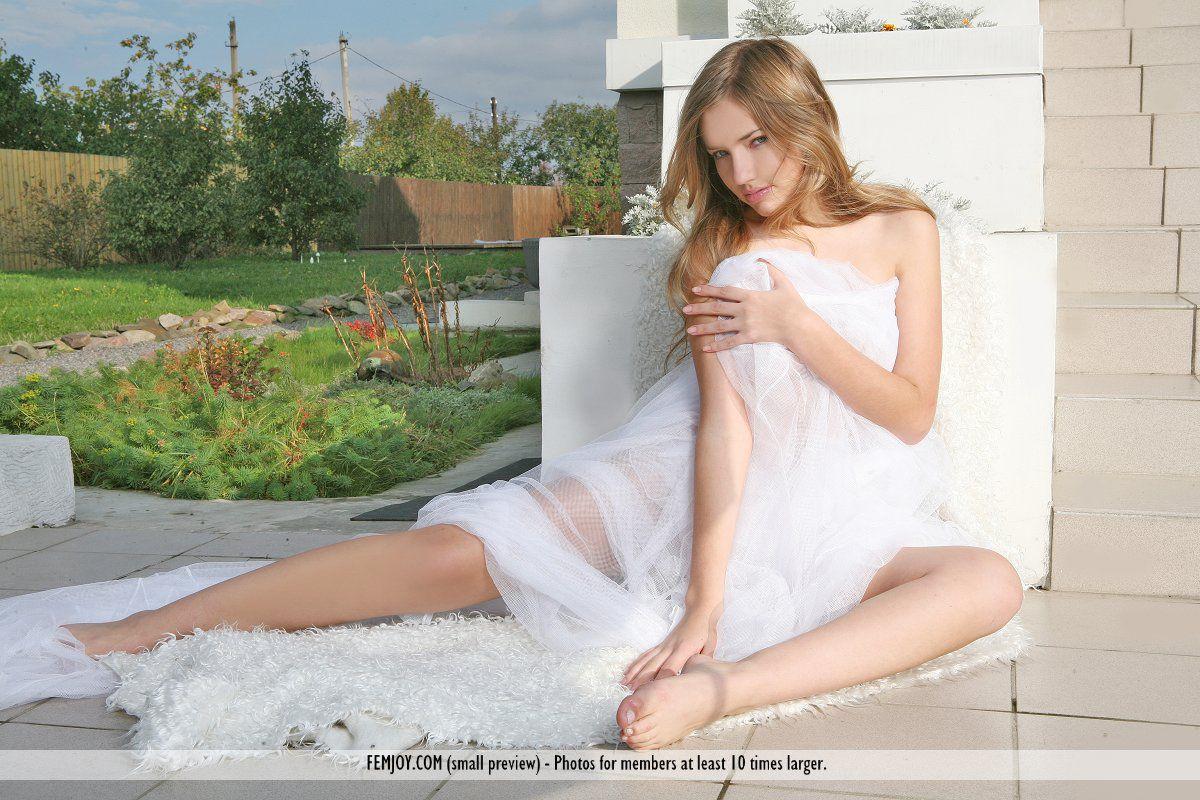 Изящная блондиночка Lada A показывает свое классное тело и занимается сочным софткором в саду
