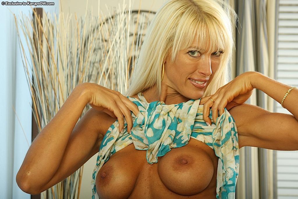 Длинноволосая сисястая блондиночка Bianca Noble сняла одежду и оголила аккуратную писю