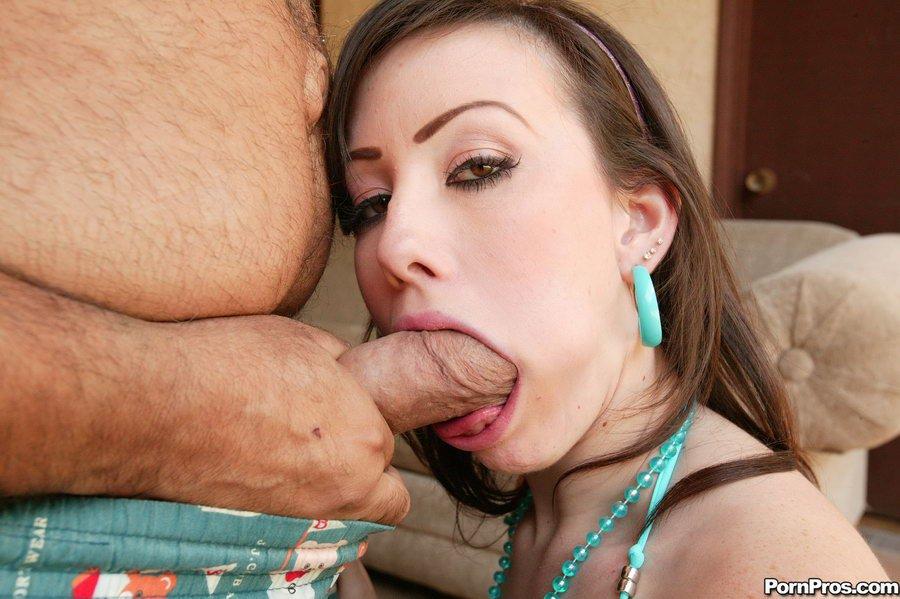 Зрелый ухажер с громадным твердым пенисом ебет сочные титьки 20-летней шатенки Дженнифер Уайт