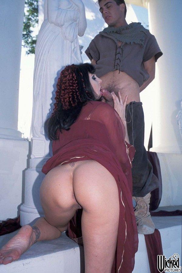 Сисястая модель с темными волосами Джулия Энн содрогается от экстаза во время хорошего траха