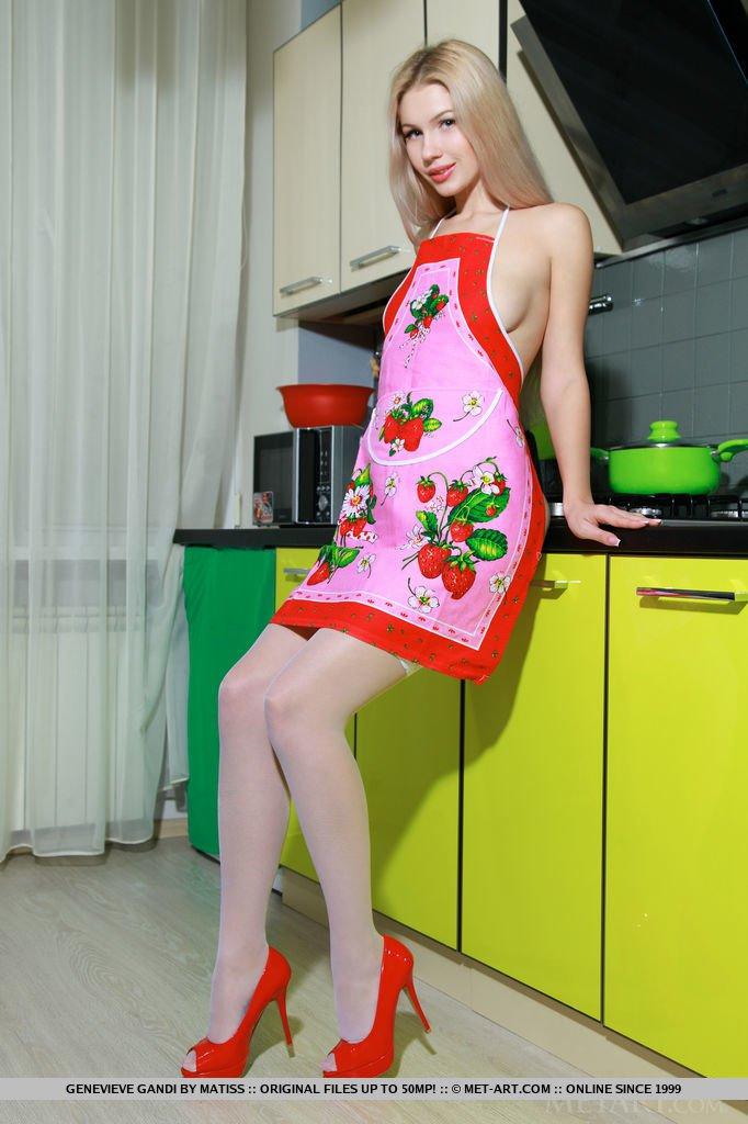 Похотливая барышня позирует на кухне
