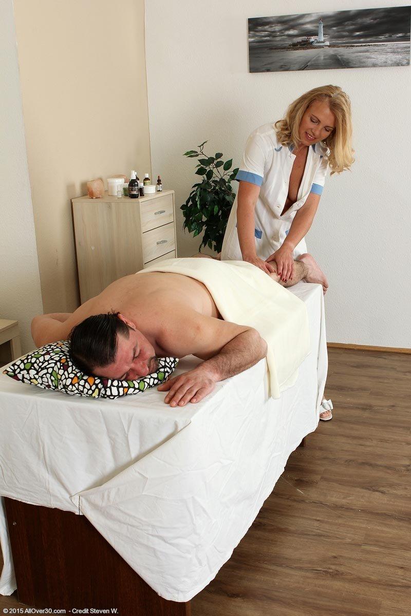 Опытная массажистка с висячками дала парню