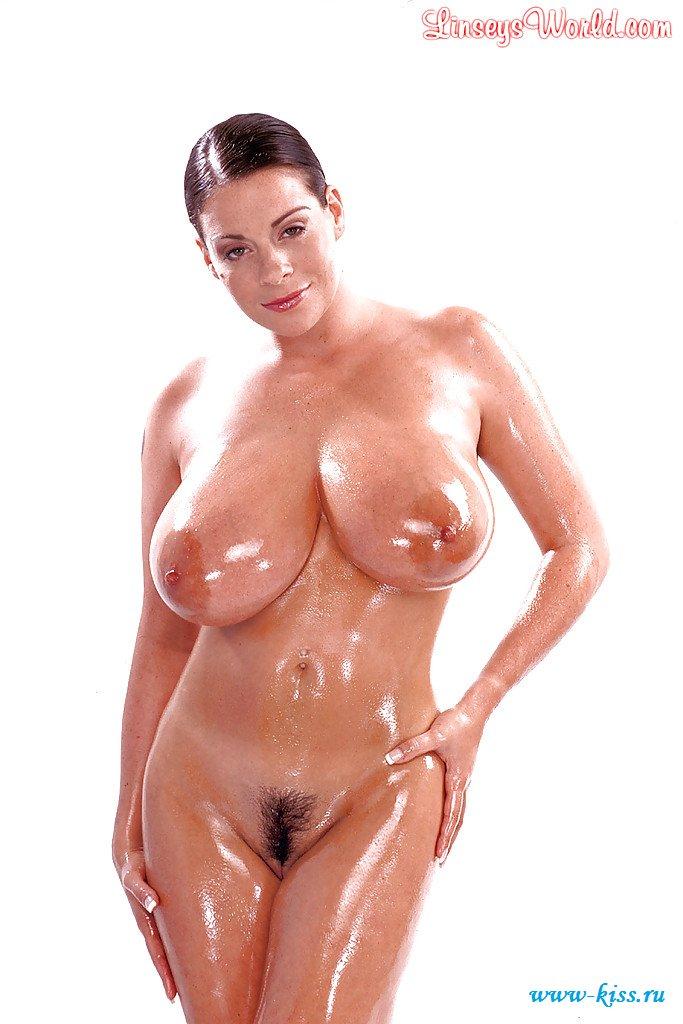 Раздетые крупные титьки мокрой брюнетки