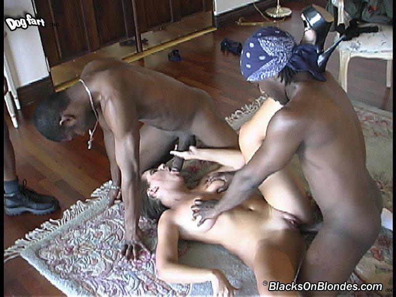 Ценительница траха оказывается между тремя темнокожими болтами и готова их удовлетворять