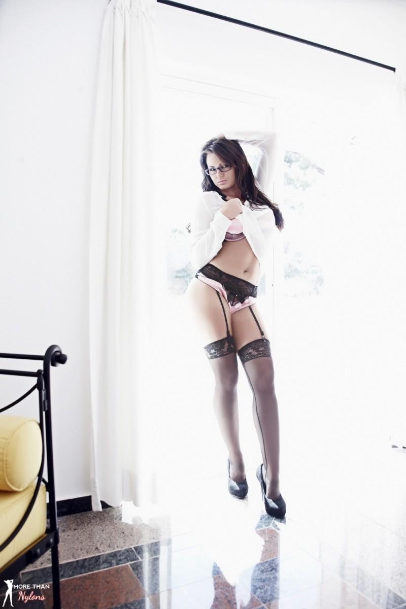 Кэт Ди - офигенная темненькая девушка, которая демонстрирует свою точеную фигурку и полностью раскрывается на камеру