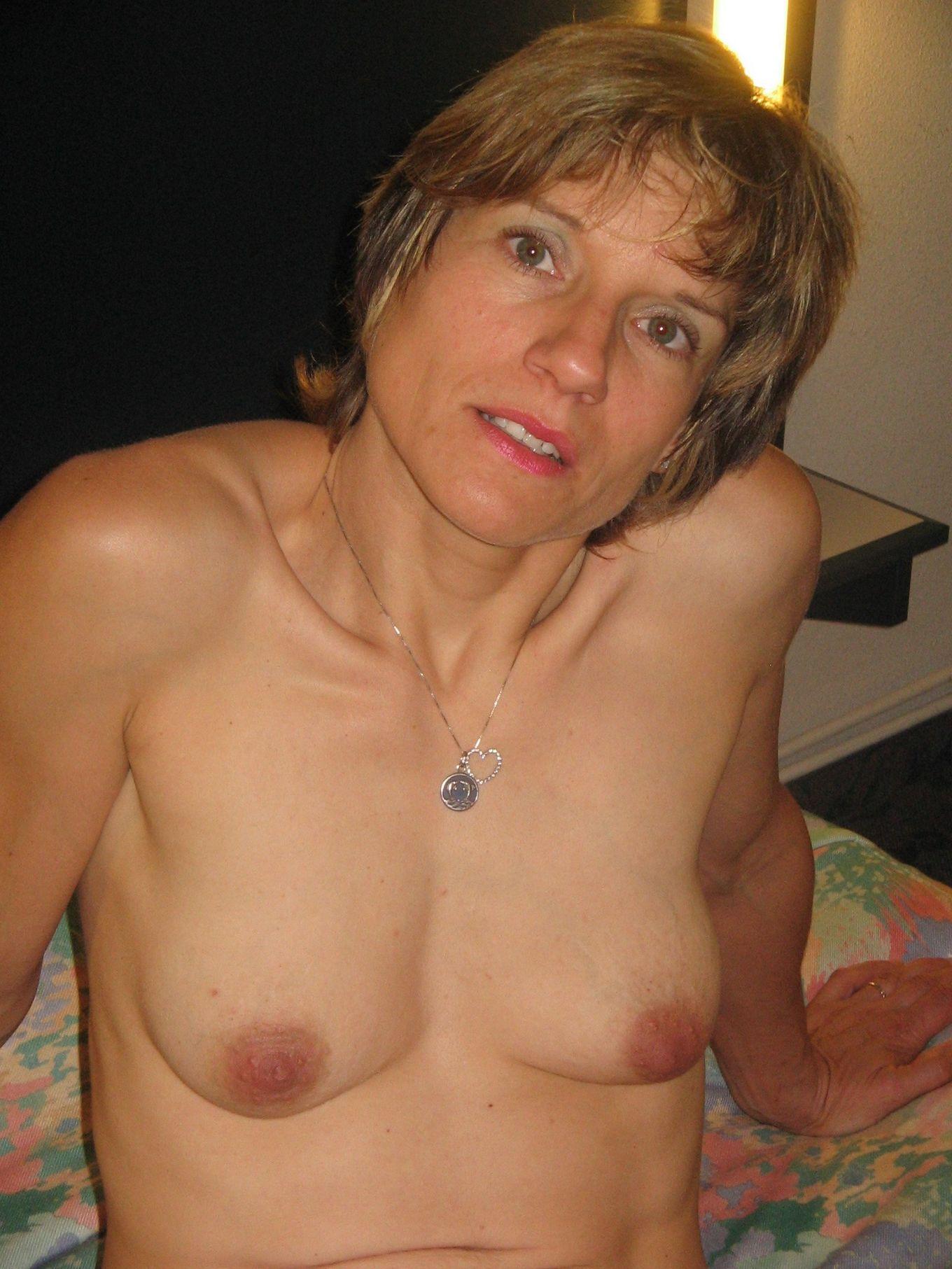 Дрочка и позирование немолодой бабы с маленьким бюстом