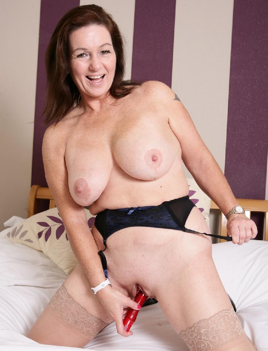 Зрелая британская тетка на все готова в лежанке