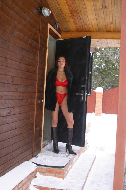 Зимой разделась до гола у в комнате