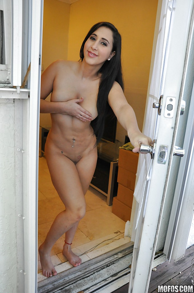 Раздетая латинка Valerie Kay дрочит в своей квартире перед зашедшим кавалером