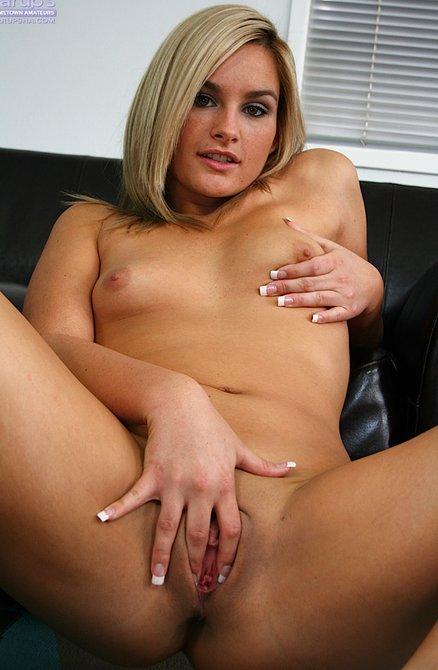 Красивая девушка сильно таранит пальцем пизду