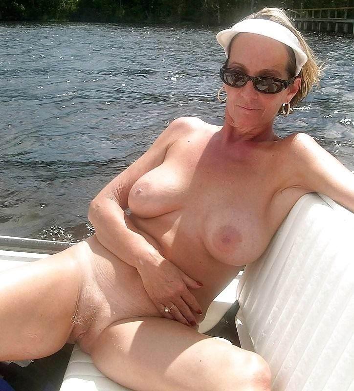 Старухи показывают крупные груди