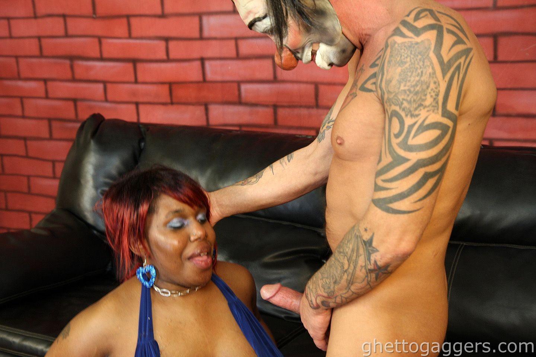 Белоснежный член жарит в горло темнокожую сучку и заливает ее лицо кончей