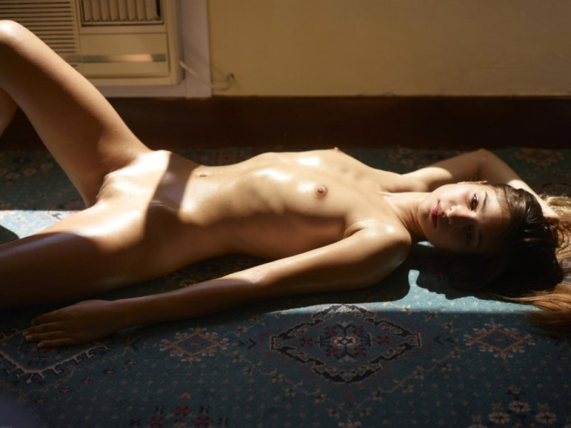 Смуглая худышка валяется в своей квартире на полу в летнюю жару