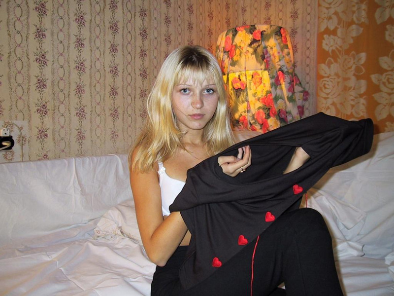 Изящная блондинка обнажается и валяется на кроватке без трусов