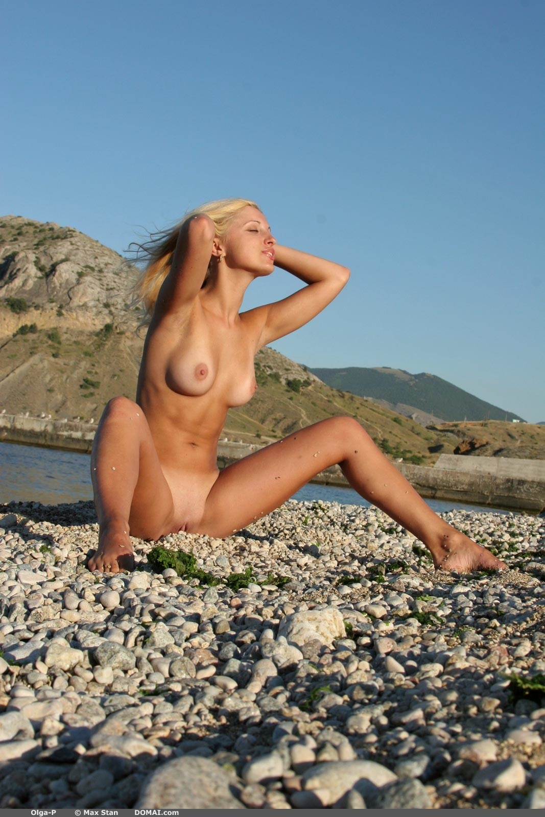 Блондинка Ольга на песке