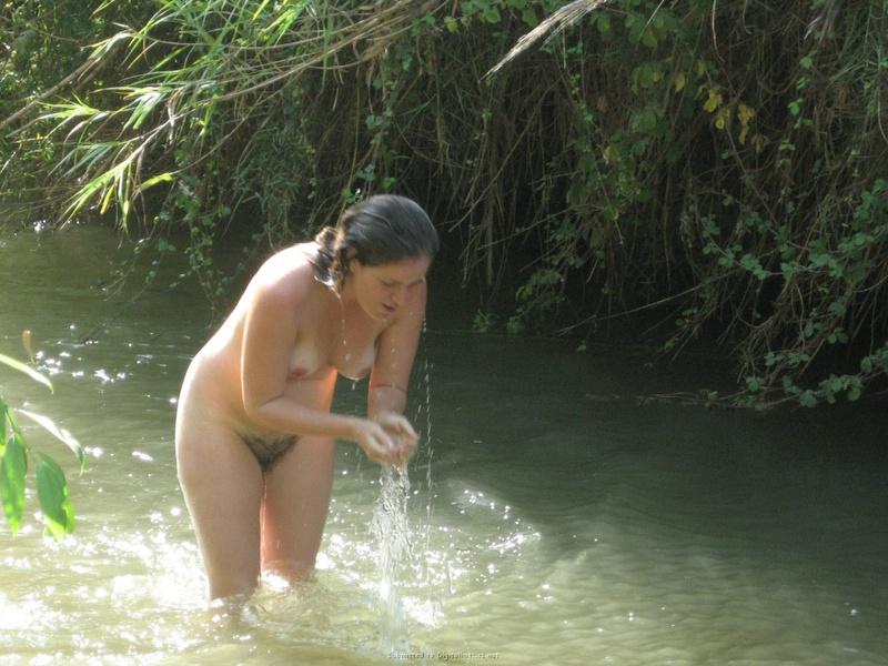 Шлюха сбросила зеленое бельё и помылась в реке нагая на глазах юнца