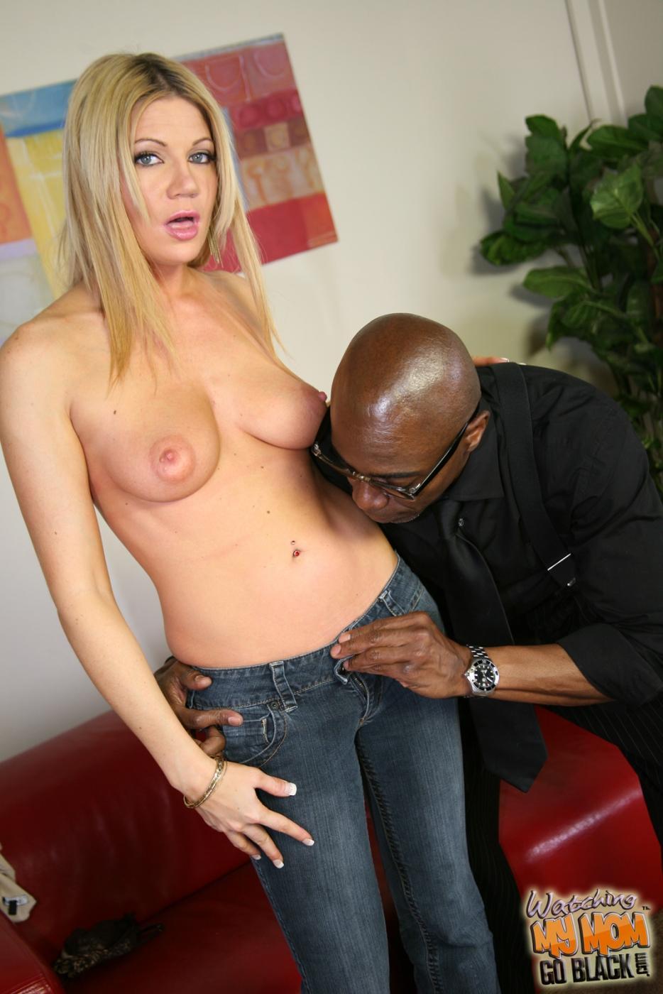 Порочная мамуля Christina Skye бессовестно ест черный член пацана напротив своего мужа!