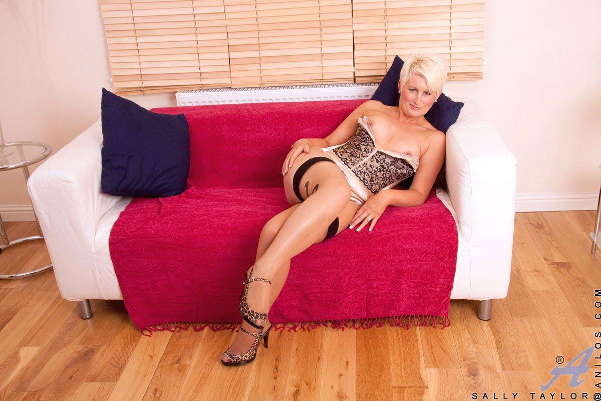 Сексуальнейшие чулки обвивают ноги мастурбирующей опытной светловолосые девки Sally Taylor
