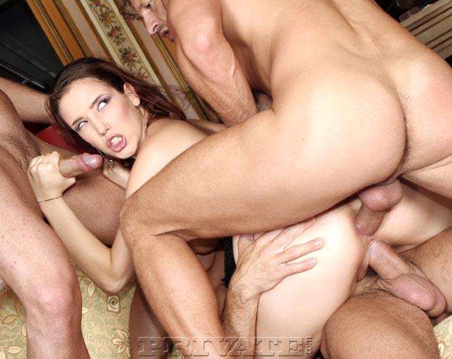 Синтия Лавин заполняет все свои дыры и сношается с тремя пацанами