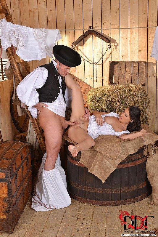 Изящная деревенская милашка Jess West запрыгивает на твердый хер в конюшне и скачет на нем