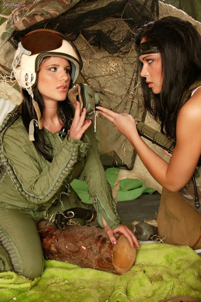 Роскошные барышни исследуют друг у друга интимные зоны Angela Giovanni и Suzie Diamond целуются и сношаются дилдо