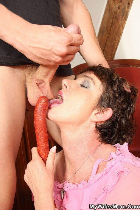 Взрослая прислуга активно отсасыват у юного паренька и долбится в узкую письку секс во время еды