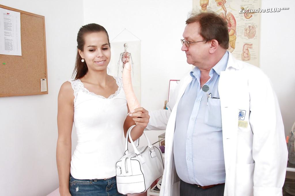 Грациозная девушка латинской внешности показала доктору свою аккуратную дырку