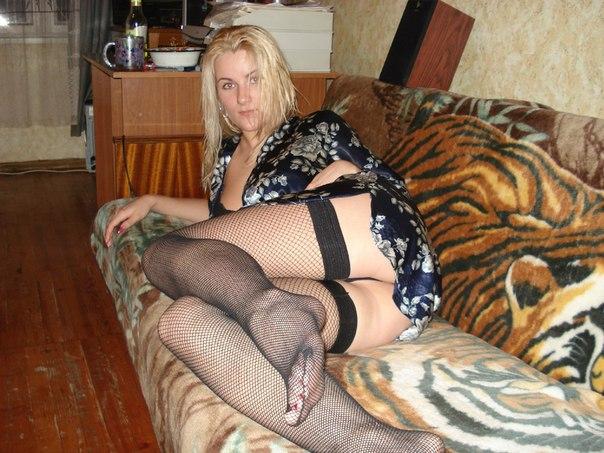 Светлая порноактриса скинула свои интимные фотки соседу