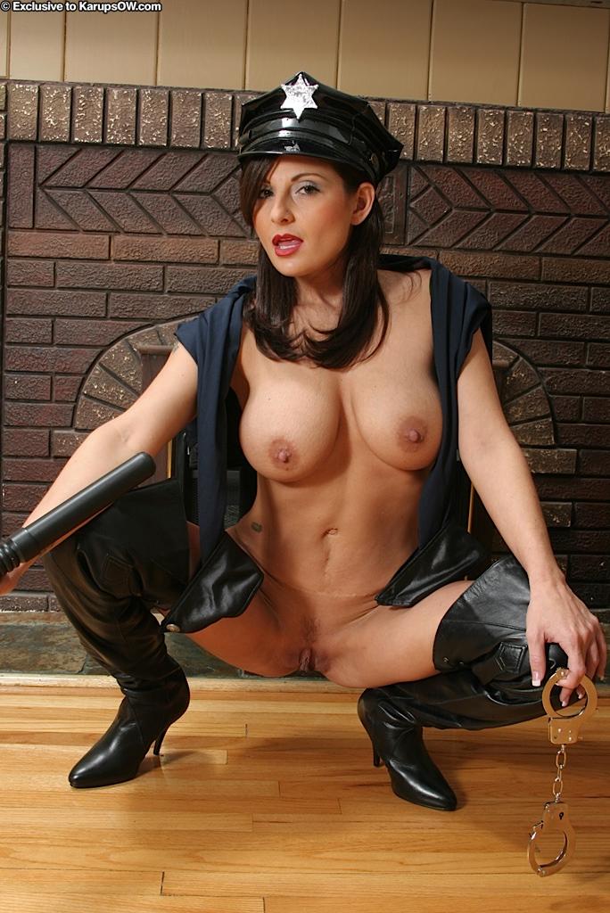 Чувственная мама в полицейской униформе Lola Lynn обнажает большие дойки и писю