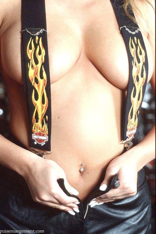 Байкерша показывает свои громадные груди в гараже