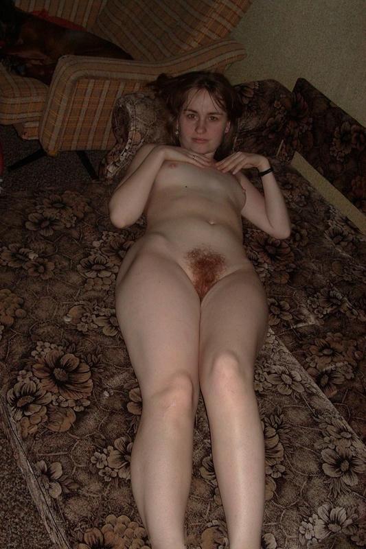 Блядь с рыженькой лохматой киской обожает позировать на камеру