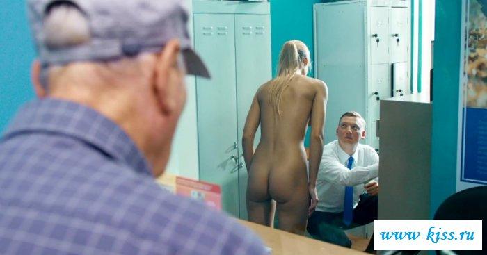 Голая Оксана Акиньшина в комедийном кино (21 фото)